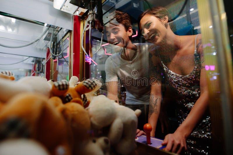 打比赛的夫妇在赌博拱廊 免版税图库摄影