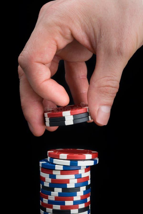 打牌者收集堆不同颜色芯片  免版税库存照片
