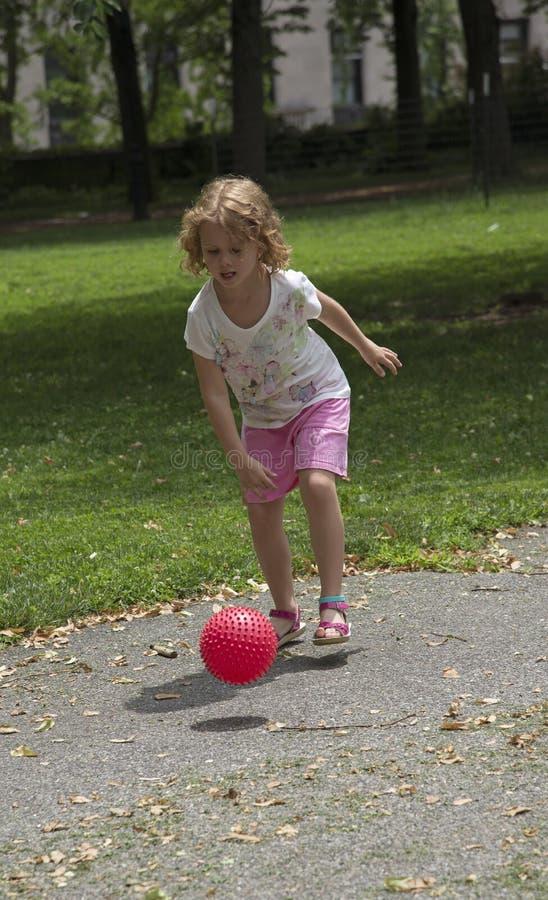 打球的孩子在公园 免版税图库摄影