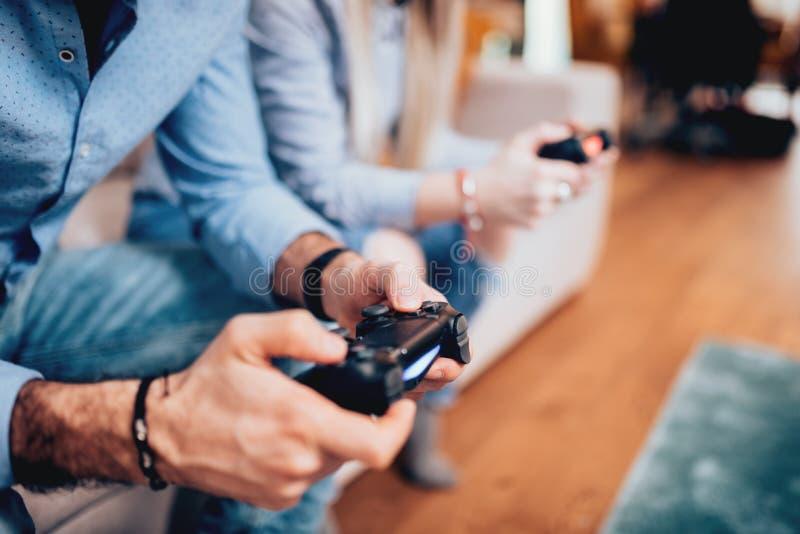 打电子游戏和使用控制杆控制器的夫妇细节  数字技术生活方式概念 免版税库存图片
