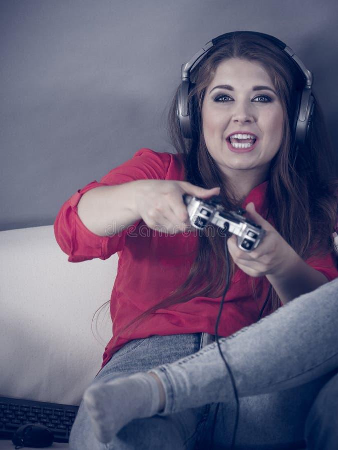 打电子游戏的年轻女人 免版税库存照片
