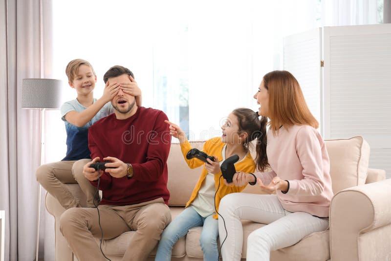 打电子游戏的幸福家庭 免版税库存图片