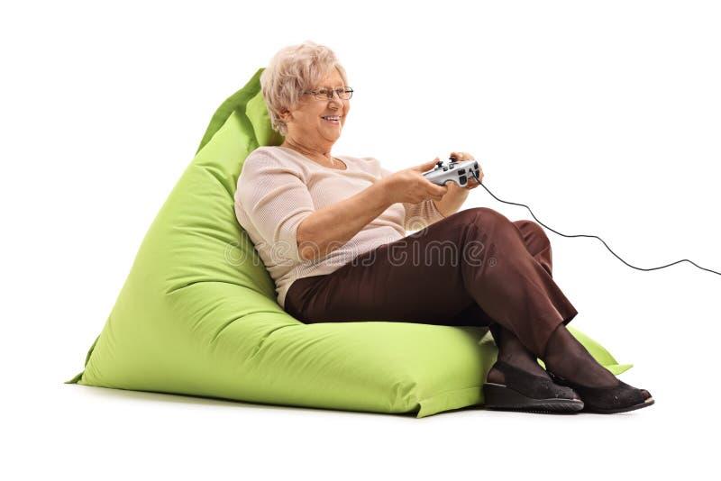 打电子游戏的年长夫人 库存照片