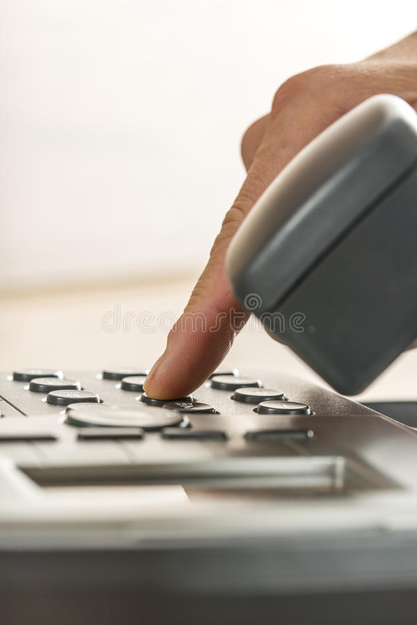 打电话的一只男性手的特写镜头通过拨classica 免版税库存图片