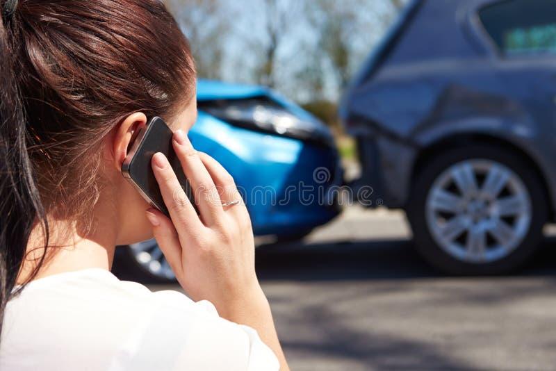 打电话的司机在交通事故以后 库存图片