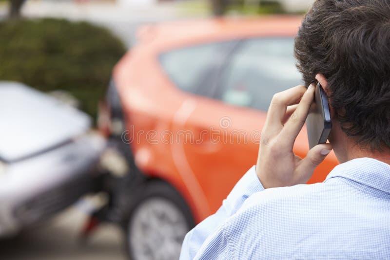 打电话的少年司机在交通事故以后 图库摄影
