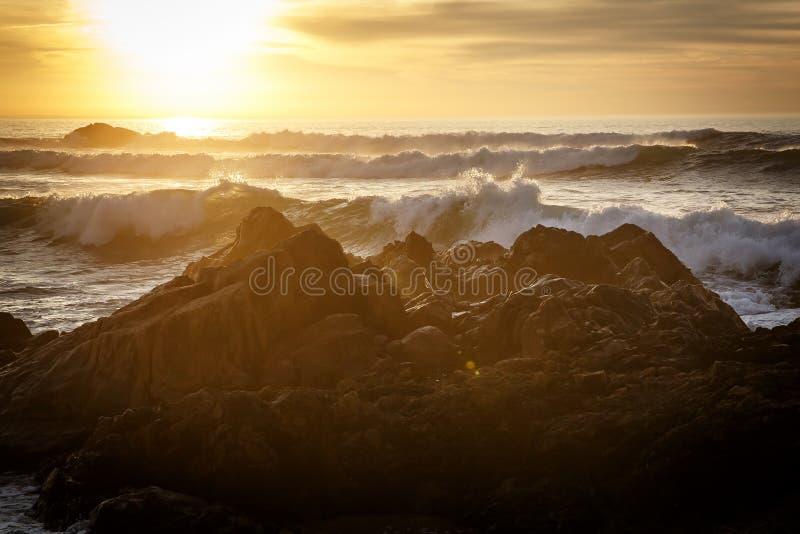 打破和飞溅在岩石的大波浪 库存图片