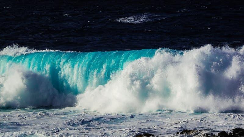 打破在兰萨罗特岛海岸,La圣诞老人的波浪 免版税库存照片