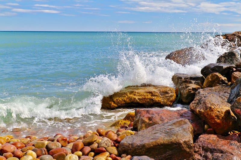 打破在海岸的波浪 库存图片