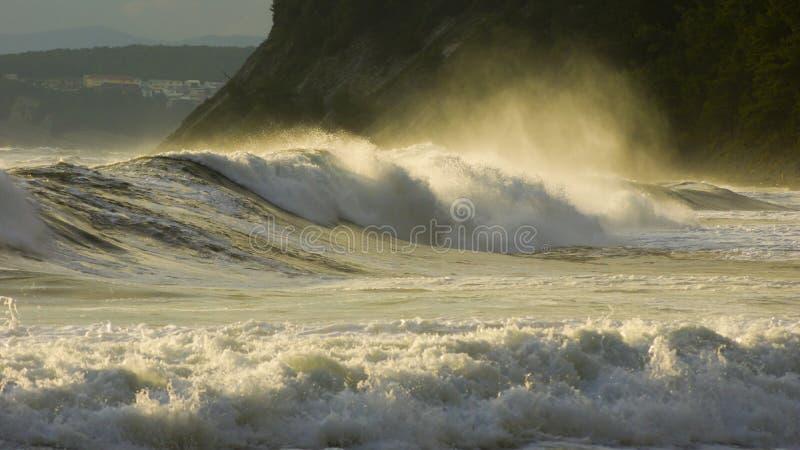 打破在海岸附近的风雨如磐的海波浪 库存图片