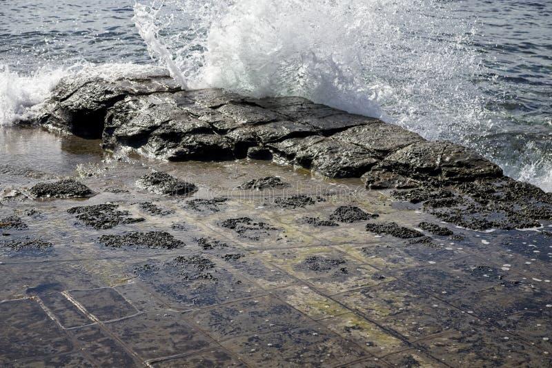 打破在破碎的岩石的海浪在塔斯马尼亚 免版税库存图片