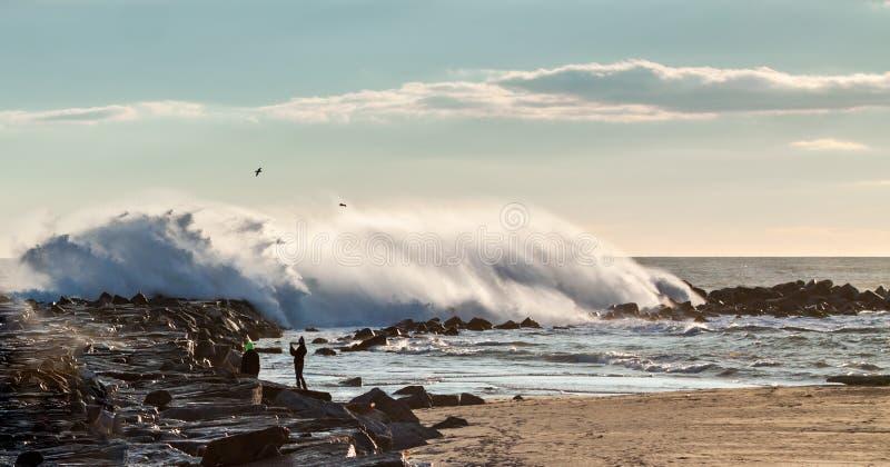 打破在防堤的巨大的波浪 免版税库存照片