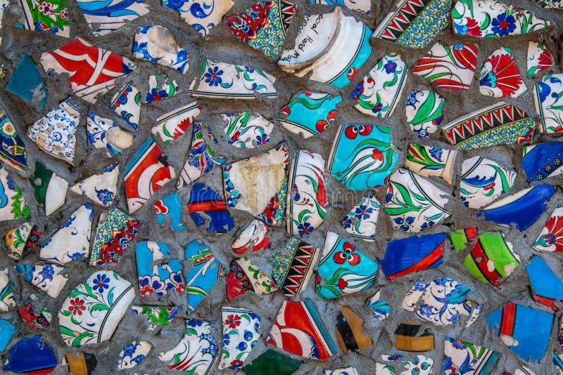 打破的板材五颜六色的残骸马赛克背景,墙壁陶瓷样式抽象派设计  免版税图库摄影
