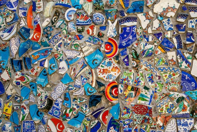 打破的板材五颜六色的残骸马赛克背景,墙壁陶瓷样式抽象派设计  免版税库存图片