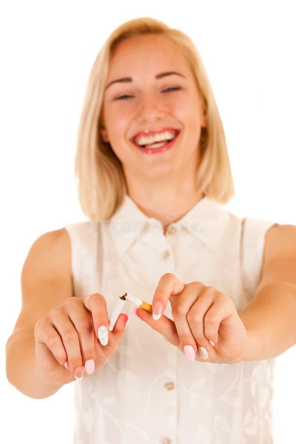 打破香烟的可爱的少妇作为qui的一个姿态 库存照片