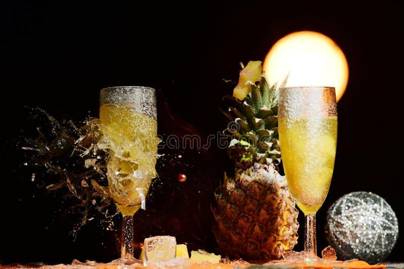 打碎香槟玻璃 免版税库存照片