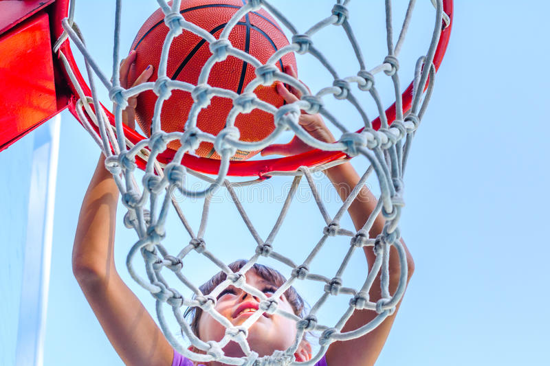 打篮球的七岁的女孩 免版税库存图片