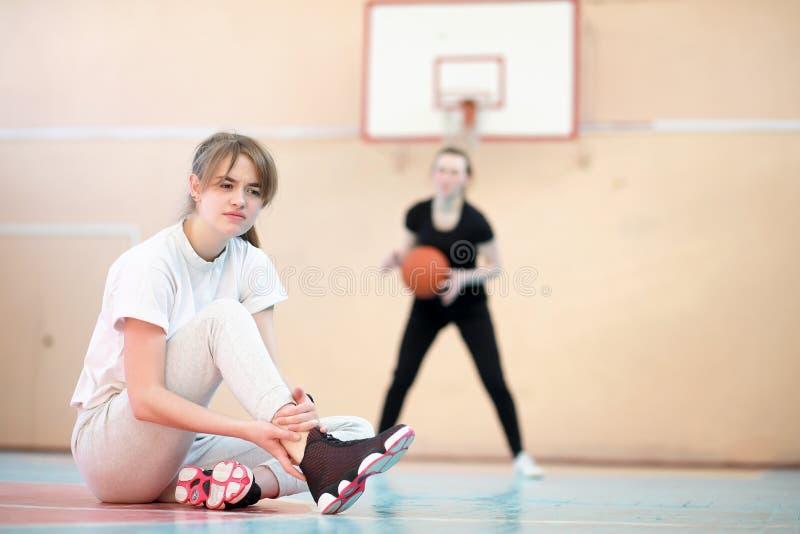 打篮球的健身房的女孩 库存照片