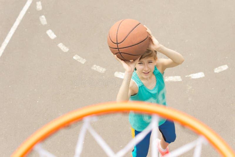打篮球的十几岁的女孩 免版税库存照片