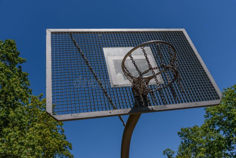 打篮球的可能性在公园 库存图片