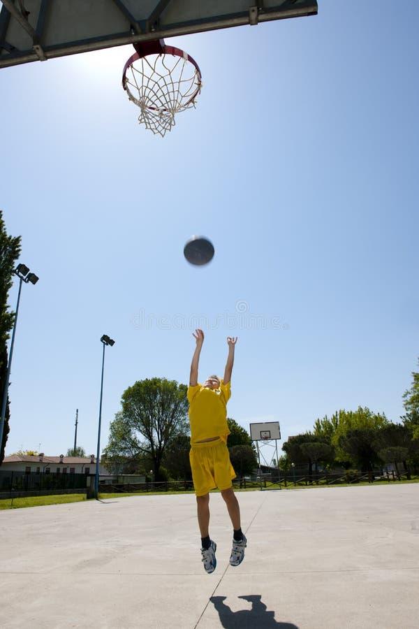 打篮球的小男孩 图库摄影