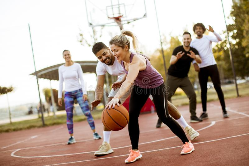 打篮球的小组多种族年轻人户外 免版税库存照片