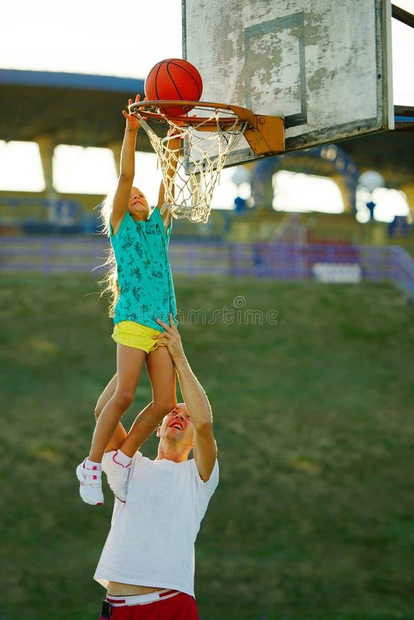 打篮球的父亲和女儿 库存图片