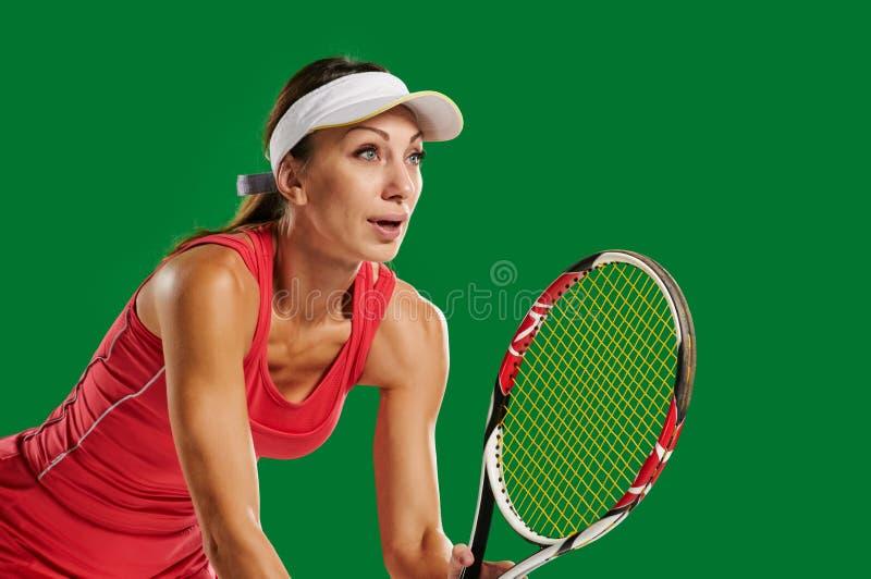 打网球的亭亭玉立的妇女 免版税库存图片