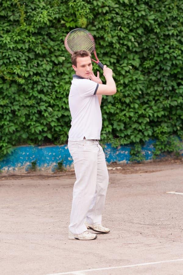 打网球的传神年轻人 图库摄影