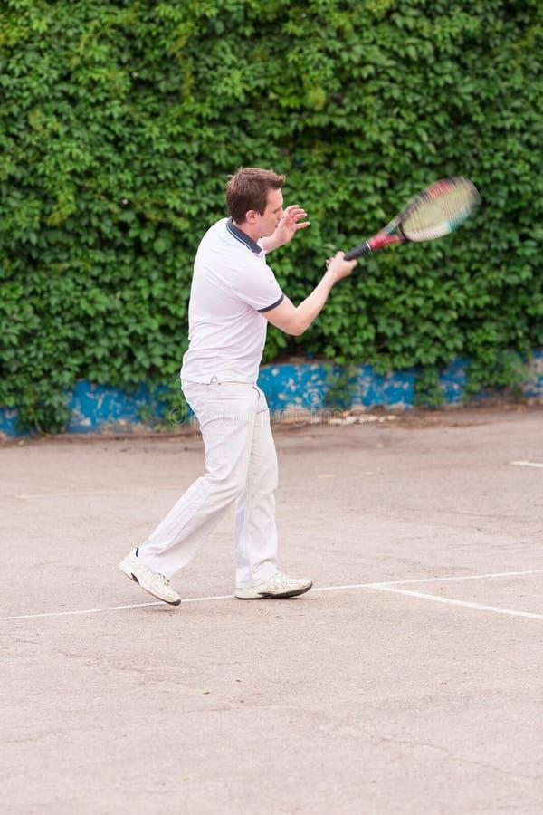 打网球的传神年轻人 库存图片