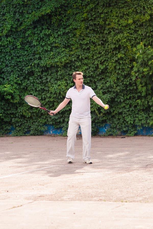 打网球的传神年轻人 免版税库存图片