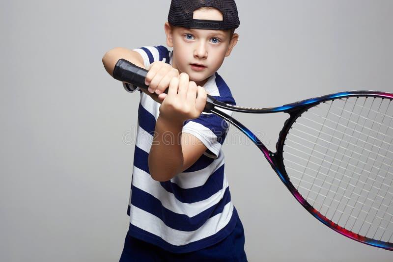 打网球的体育孩子 男孩一点 免版税库存照片