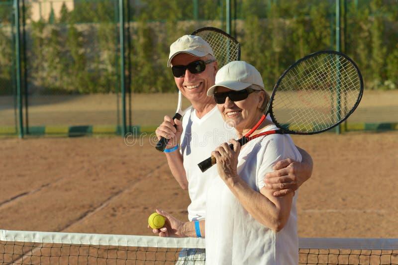 打网球的夫妇 免版税库存照片