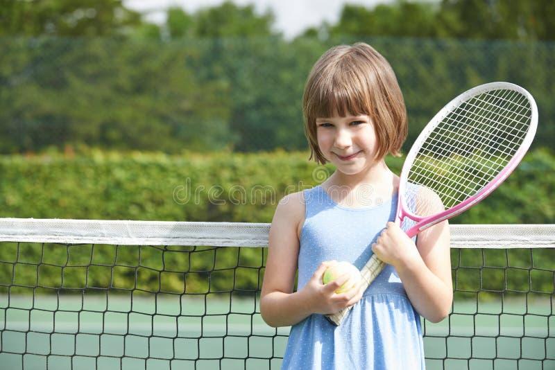 打网球的女孩画象 免版税库存照片