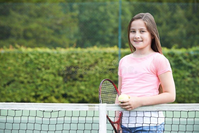 打网球的女孩画象 免版税库存图片