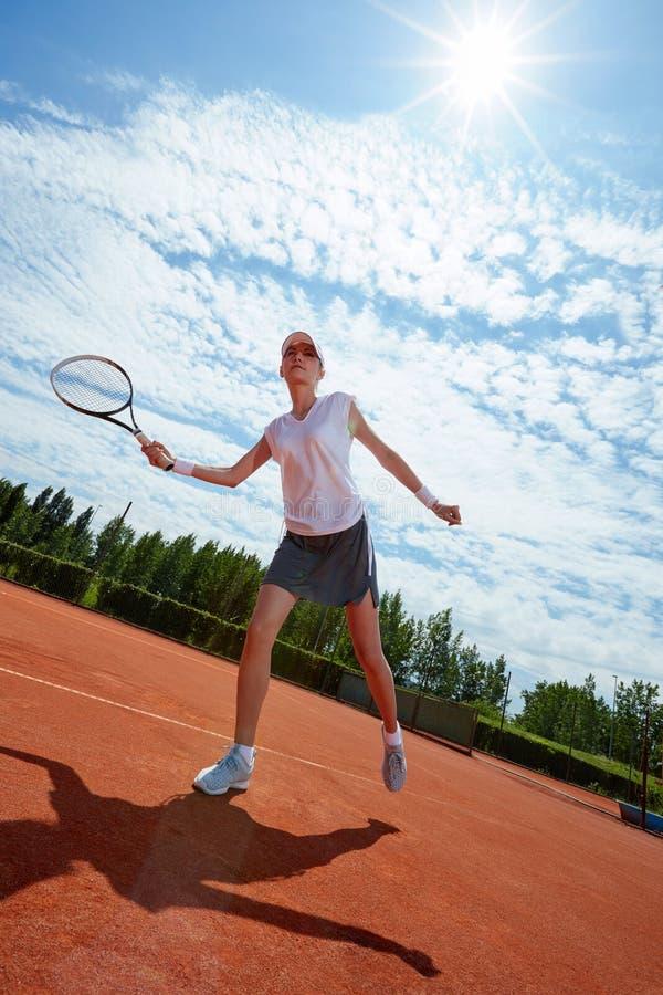 打网球的女运动员 免版税图库摄影
