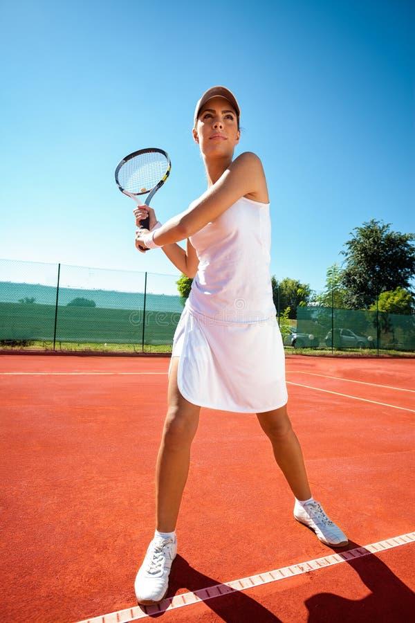 打网球的妇女 免版税库存照片