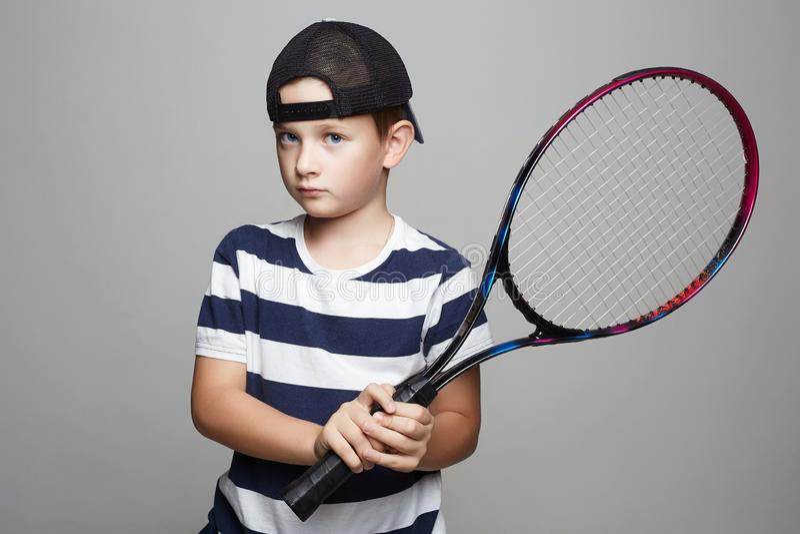 打网球的小男孩 体育孩子 免版税库存图片