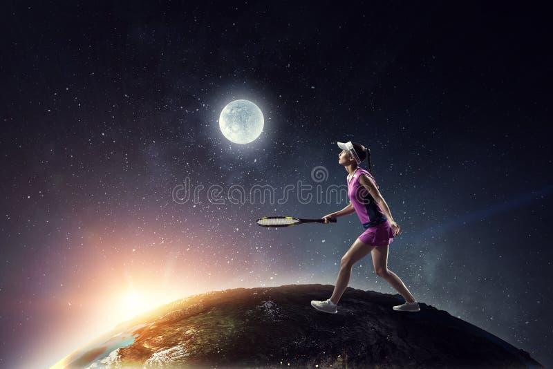 打网球的年轻女人 r 免版税库存照片