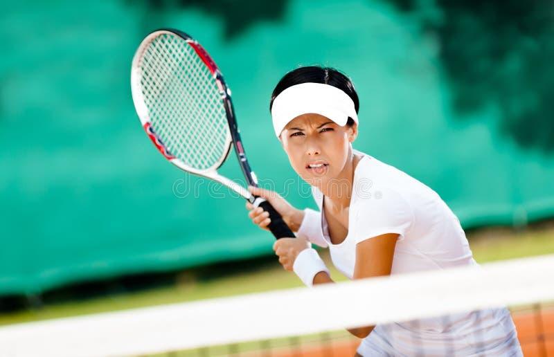 打网球的成功的女运动员 图库摄影