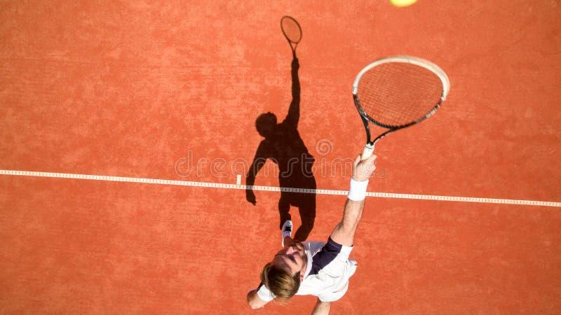 打网球的运动员顶视图 免版税图库摄影