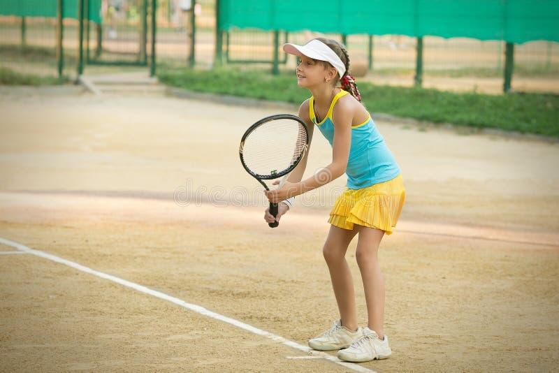打网球的运动女孩 免版税图库摄影