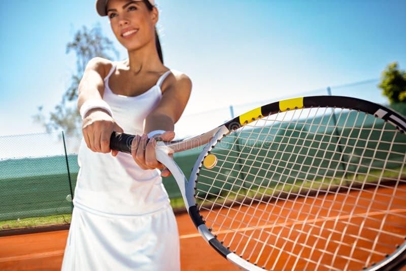 打网球的运动的女孩 库存图片