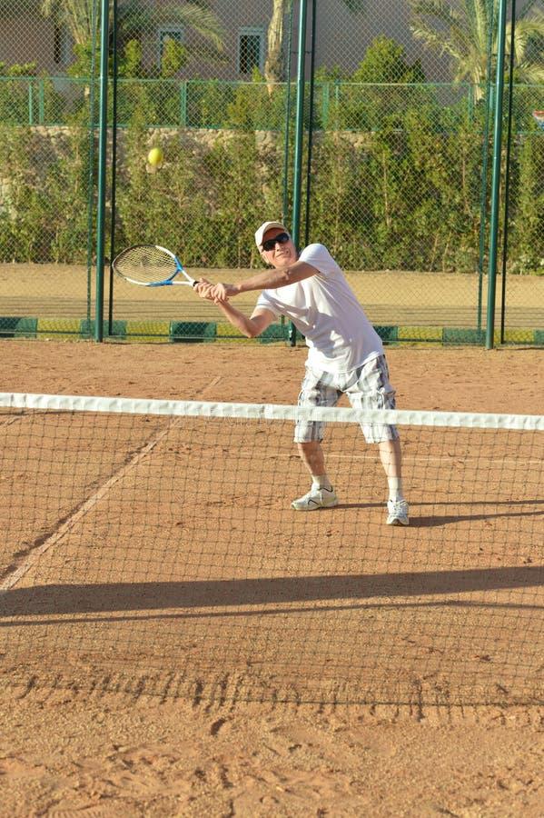 打网球的活跃老人 免版税库存图片