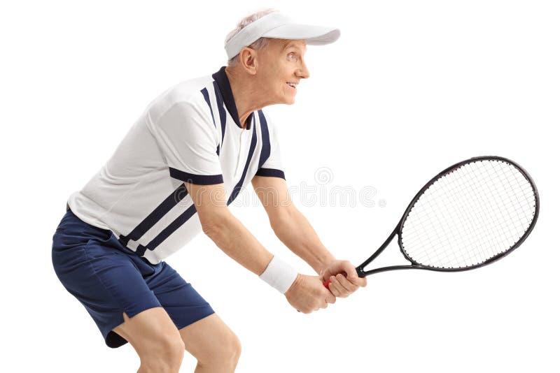 打网球的活跃老人 免版税图库摄影