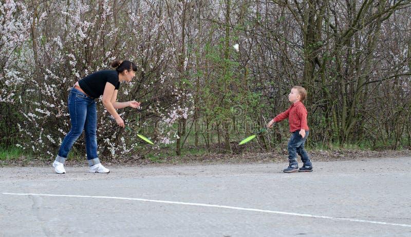 打羽毛球的母亲和儿子 库存图片