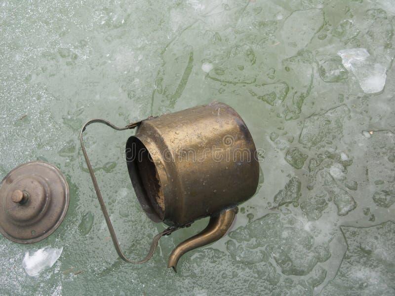 打翻在bronz水壶 库存图片