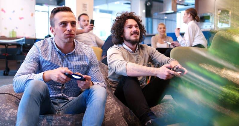 打计算机游戏的办公室工作者 库存照片