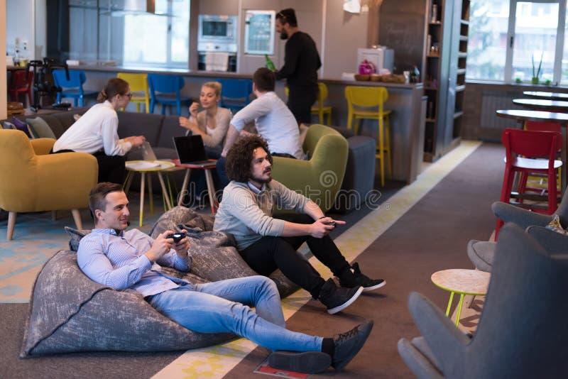打计算机游戏的起始的办公室工作者 免版税库存图片