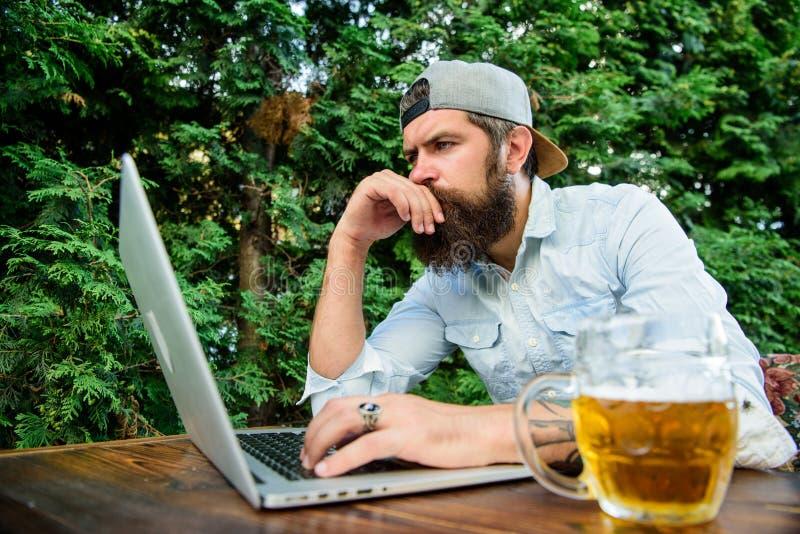 打赌和真正的金钱赌博 残酷人休闲用啤酒和体育比赛 足球迷有胡子的行家做打赌体育 图库摄影